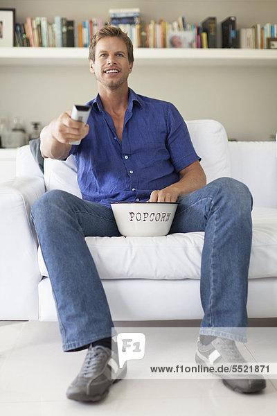 Mann  sehen  Fernsehen  essen  essend  isst  Popcorn