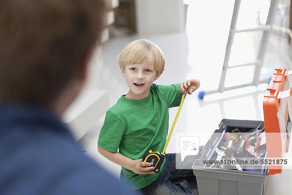 Junge - Person  Maß  Werkzeugkasten  Klebeband