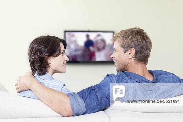Pärchen  die zusammen fernsehen