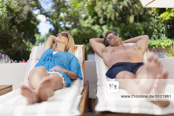 Paar entspannen in Liegestühlen