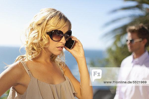 Frau ignoriert Freund für Handy