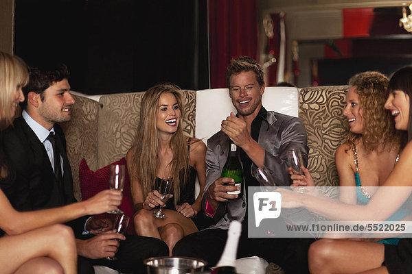 Freunde trinken Champagner im Club