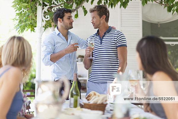 Außenaufnahme  Mann  Wein  Tisch  freie Natur