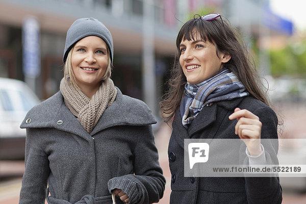 Frau  sprechen  Straße  Großstadt