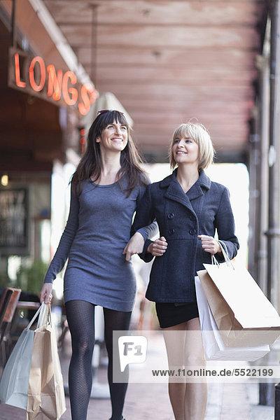 Frauen beim gemeinsamen Einkaufen in der Stadt