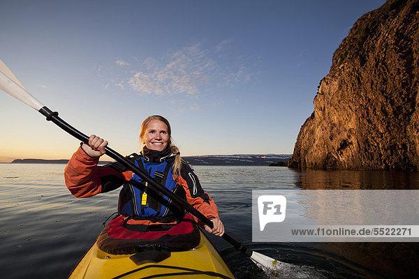 Frau beim Kajakfahren im stillen See