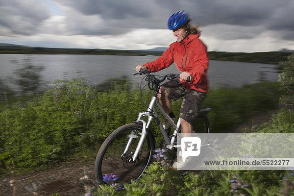 Frau  Berg  radfahren  Weg  schmutzig