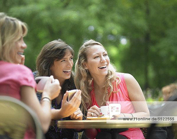 Frauen beim Kaffeetrinken im Straßencafé