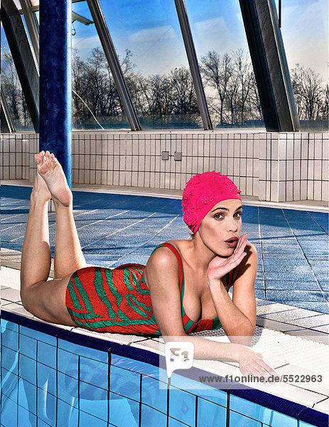 Frau mit Schwimmbad