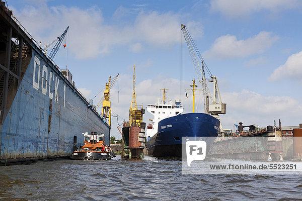 Renoviertes Containerschiff in einem Dock  Hamburg  Deutschland  Europa