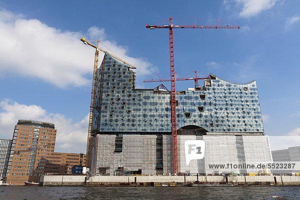 Die Hamburger Elbphilharmonie von der Elbe aus gesehen  Hamburg  Deutschland  Europa