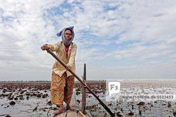 Frau  Boot  See bei Takeo  Kambodscha  Südostasien