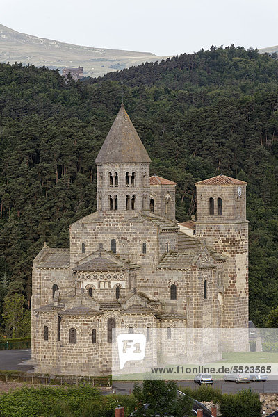Saint Nectaire  romanische Kirche aus dem 12. Jahrhundert  Parc Naturel Regional des Volcans d'Auvergne  Regionaler Naturpark der Vulkane der Auvergne  Puy de Dome  Frankreich  Europa