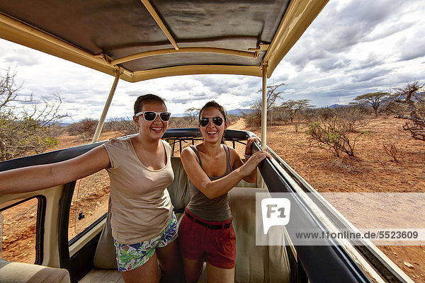 Zwei Mädchen  etwa 13 und 18 Jahre  in einem Safaribus  Samburu National Reserve  Kenia  Ostafrika  Afrika  ÖffentlicherGrund