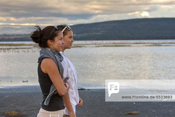 Zwei Mädchen,  etwa 13 und 18 Jahre,  schauen auf den Lake Nakuru,  Lake-Nakuru-Nationalpark,  Kenia,  Ostafrika,  Afrika,  ÖffentlicherGrund