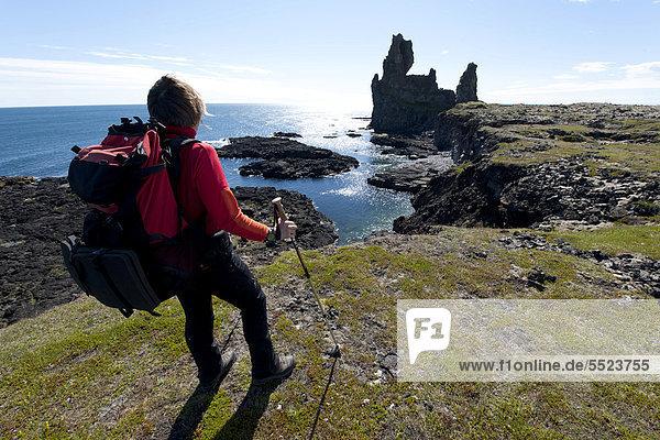 Wanderin an der Felsformation Londrangar  Halbinsel Snaefellsnes  Island  Europa