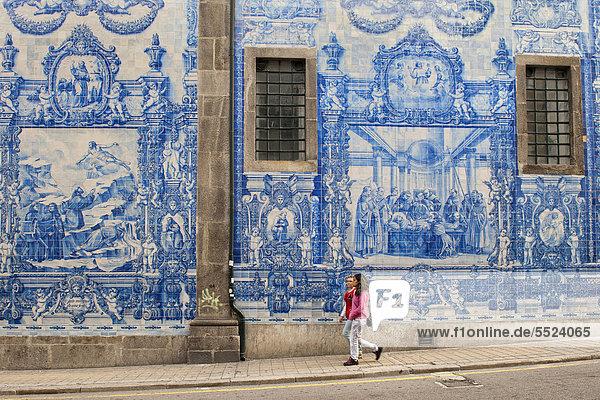 Capela das Almas  Außenwand des mit Azulejos-Kacheln bedeckten Gebäudes  Porto  UNESCO Weltkulturerbe  Portugal  Europa Capela das Almas, Außenwand des mit Azulejos-Kacheln bedeckten Gebäudes, Porto, UNESCO Weltkulturerbe, Portugal, Europa