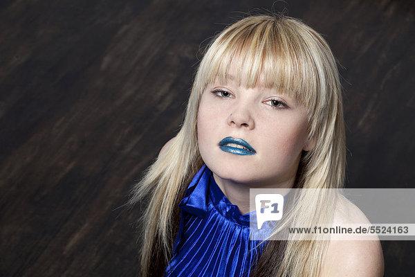 Junge Blonde Frau Mit Blauem Lippenstift Und Kleid
