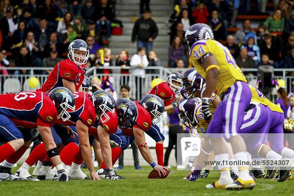 American Football  QB  Quarterback Blake Barnes  Nr. 7 der Calanda Broncos an der Line of Scrimmage  die Vienna Vikings gewinnen das Spiel gegen die Calanda Broncos 15:12  Wien  Österreich  Europa