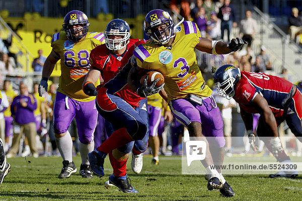 American Football  Runningback  RB Tony Hunt  Nr. 3 der Vikings rennt mit dem Ball  die Vienna Vikings gewinnen das Spiel gegen die Calanda Broncos 15:12  Wien  Österreich  Europa