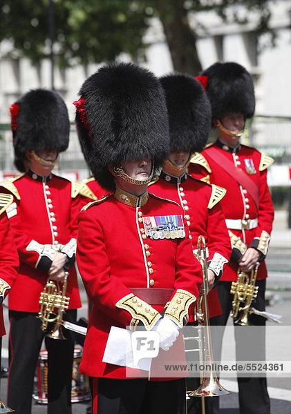 Guards mit Bärenfellmützen  Veterans Day in London  Gedenkfeier alter Kriegsveteranen in der Innenstadt von London  England  Großbritannien  Europa