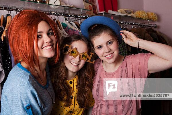 Junge Frauen in Kostümen gekleidet in der Kleidung Shop  Porträt