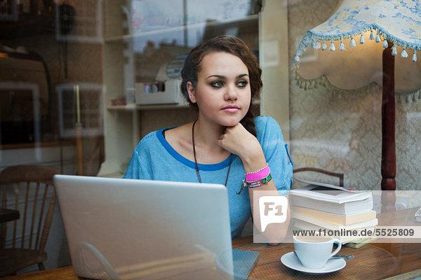 Junge Frau im Cafe mit laptop