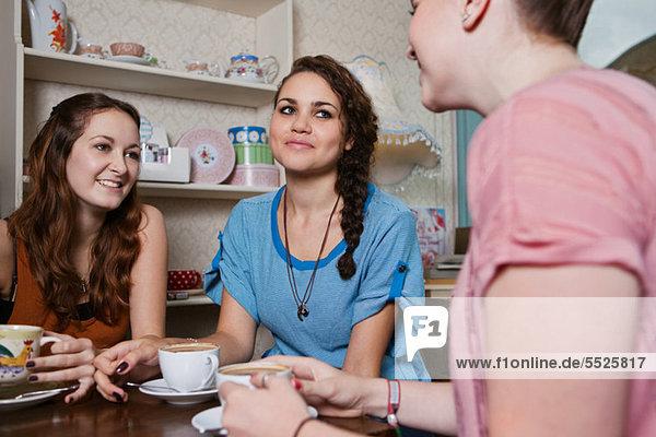 Junge Frauen in cafe
