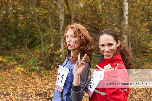 Junge Frauen im Wald  lächelnd Portrait