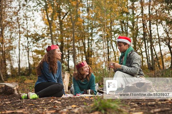 Freundschaft Hut Wald jung Kleidung Krone