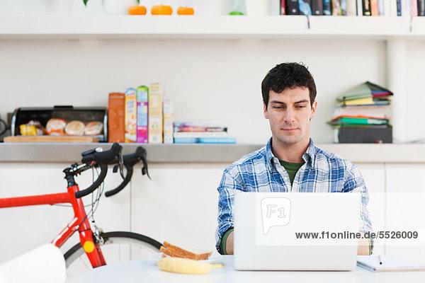 Interior zu Hause benutzen Mann Notebook Mittelpunkt Erwachsener