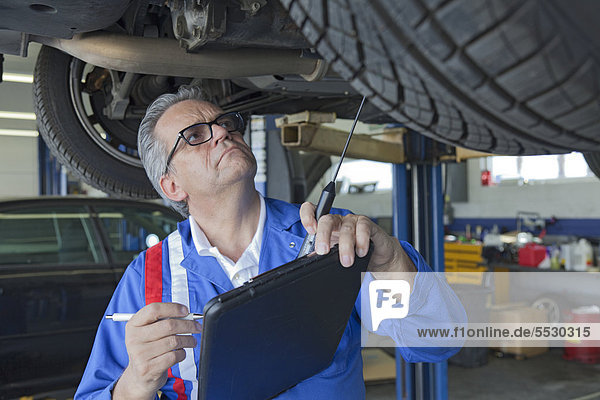 Mechanische Analyse Automotor im Auto Reparaturwerkstatt