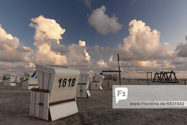 Strandkörbe am Strand von Sankt Peter-Ording zum Sonnenuntergang  Kreis Nordfriesland  Schleswig-Holstein  Deutschland  Europa
