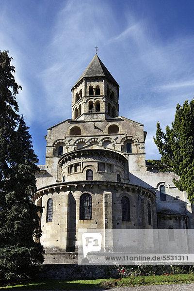 Romanische Kirche aus dem 12. Jahrhundert im Dorf Saint-Saturnin  wird als eines der schönsten Dörfer Frankreichs bezeichnet  Puy de Dome  Frankreich  Europa