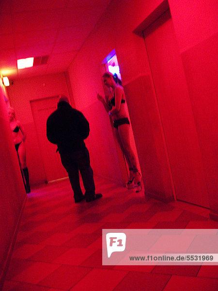 Prostituierte und Freier in einem Bordell