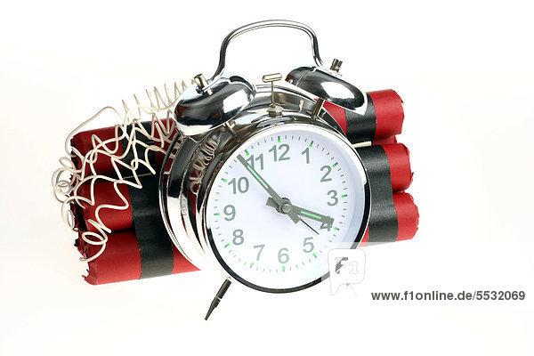Zeitbombe  Sprengsatz wird durch einen Wecker ausgelöst  Symbolbild.