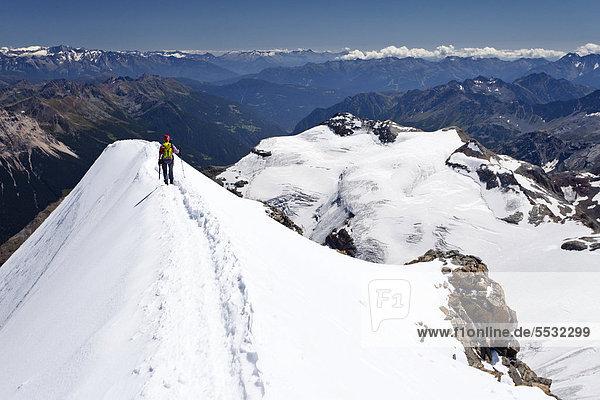 Bergsteiger auf dem Gipfelgrat vom Piz Palü  Graubünden  Schweiz  Europa Bergsteiger auf dem Gipfelgrat vom Piz Palü, Graubünden, Schweiz, Europa