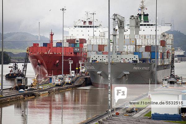 Containerschiffe Thekla Schulte und Cap Moreton im Panamakanal bei der Schleuse Miraflores Lock  Panama Stadt  Panama  Mittelamerika