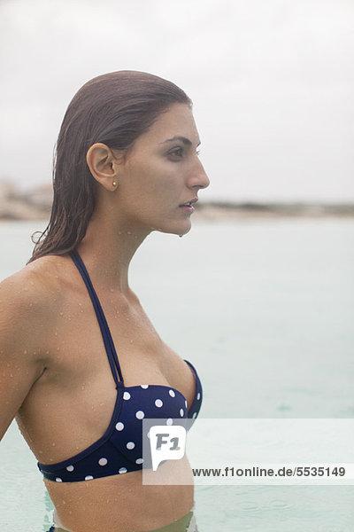 Frau tief im Wasser  Portrait
