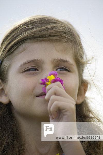 Mädchen riechende Blumen  Portrait