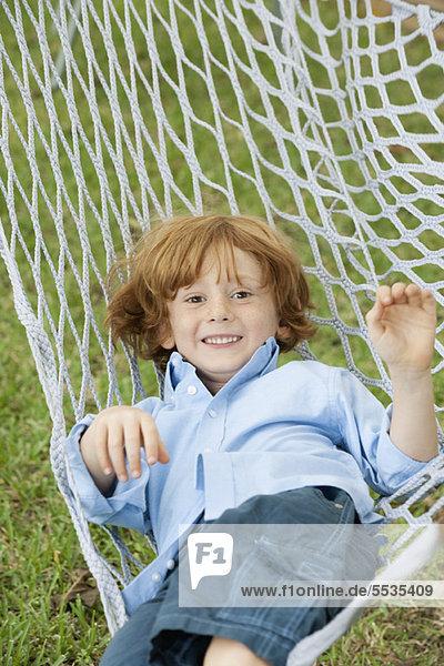 Junge entspannt in der Hängematte  Portrait