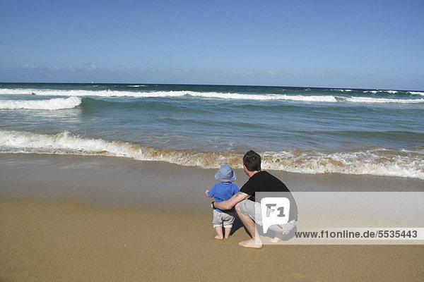 Vater und Baby am Strand  Blick aufs Meer