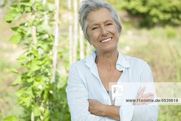 Seniorin mit gefalteten Armen  Portrait