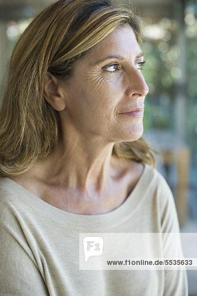 Frau schaut in Gedanken weg  Porträt