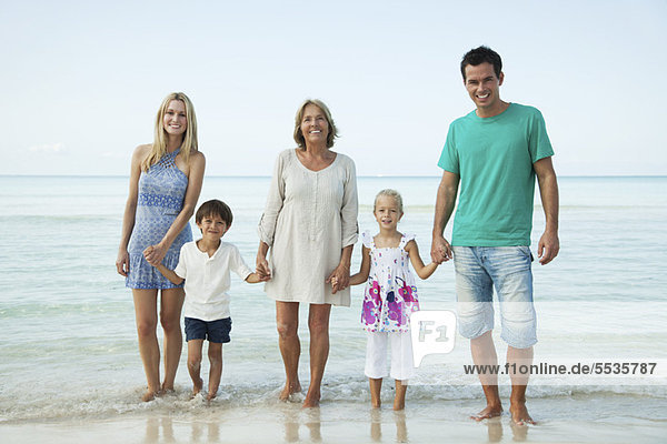 Mehrgenerationen-Familie am Strand  Portrait