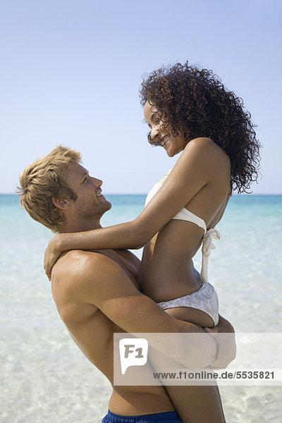 Paar am Strand umarmend