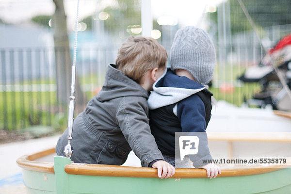 Kleinkinder spielen auf dem Spielplatz