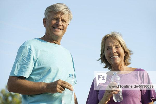 Seniorenpaar mit Wasserflaschen  Portrait