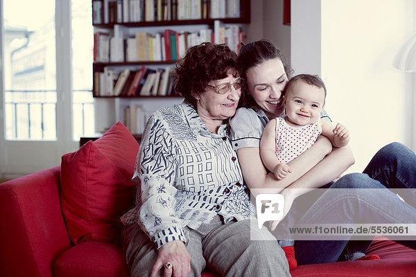 Großmutter  Mutter und kleines Mädchen  Portrait