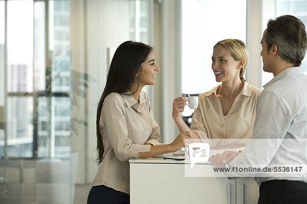 Kollegen im Gespräch während der Kaffeepause